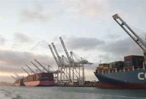 image: US, China, Port of Oakland, cranes, Shanghai, ZPMC, container, tonnes, video,