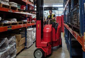 image: UK, narrow, aisle, racking, Flexi, lift, truck,