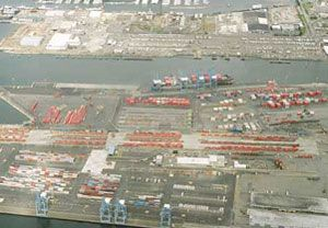 image: Tacoma Washington US 18,000 TEU ultra large container ships vessels freight handling exoport import