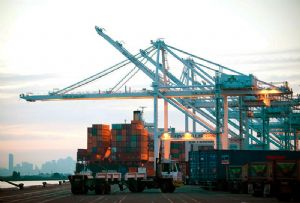 image: US California port of Oakland shipping air quality emissions maritime operations diesel greenhouse gases